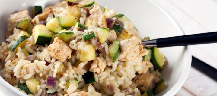 Cuisiner une poêlée de riz, courgettes et poulet : simple, mais bon